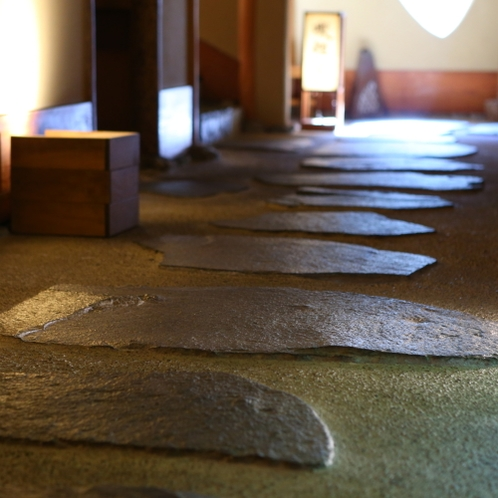 ◆お部屋に通ずる廊下には石畳が。