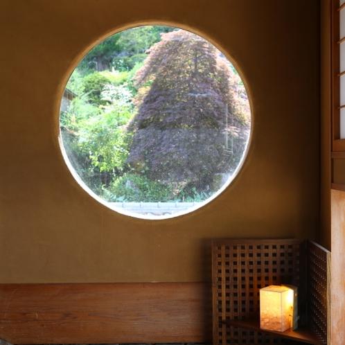 ◇2階廊下の丸窓はまるで額縁の中の自然画のよう。