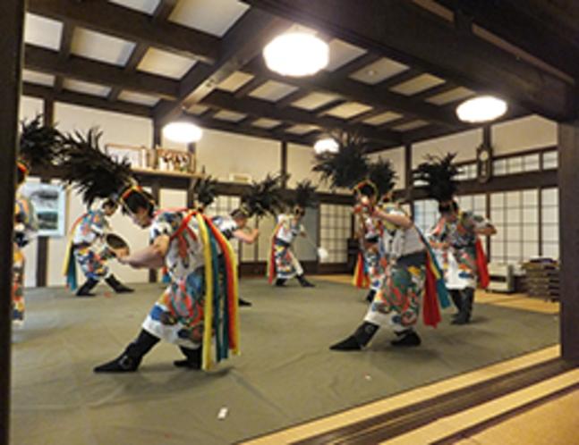 萌え色のなか例祭で奉納される「鶏芸」(5月12日)