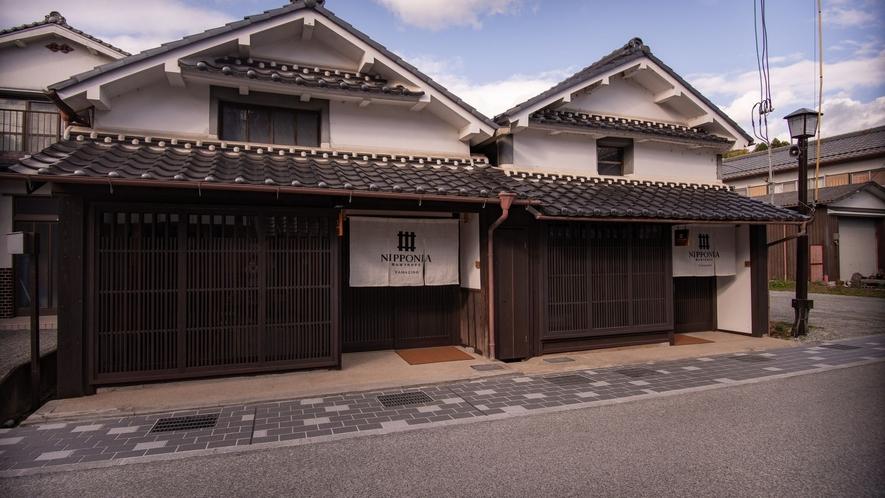 【外観・YAMAZINO棟】重伝建地区の河原町に位置する客室棟。