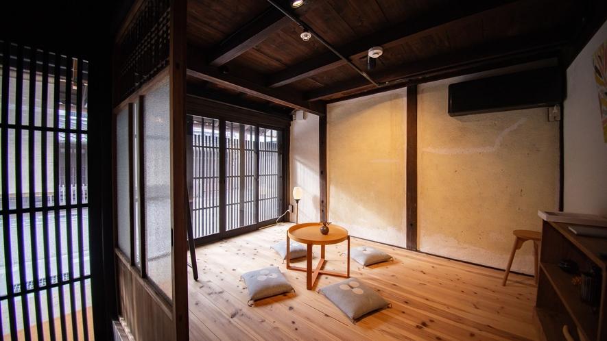 【VMGプレミア・1003】玄関から入ってすぐの部屋では、河原町通りを眺めながら一服できます。