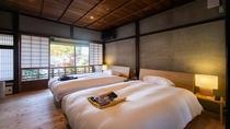 【スイート・1002】2階ベッドルームは広い窓からお庭を眺められ、南北に心地よい風が通ります。