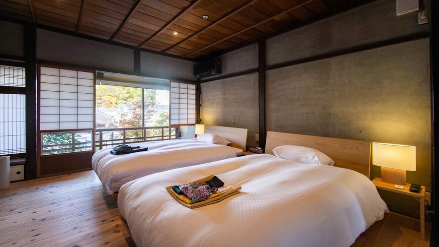 【VMGスイート・1002】2階ベッドルームは広い窓からお庭を眺められ、南北に心地よい風が通ります。