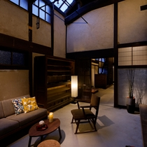 【SAWASIRO棟】格子戸を開ければ吹き抜けの土間空間があり、昔ながらの暮らしを体感できます