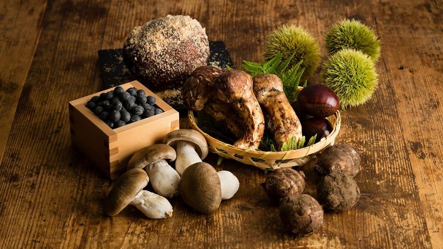 【お食事】秋には丹波栗や黒大豆、松茸など、全国的に有名な丹波篠山のブランド食材が旬を迎えます。