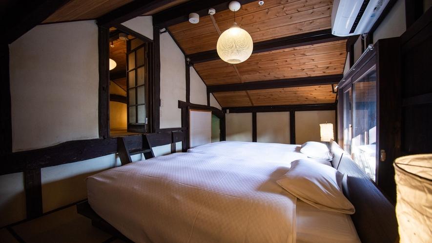 【VMGスイート・701】2階のベッドルームには4つのベッドがあり、屋根裏部屋のような探検心くすぐる
