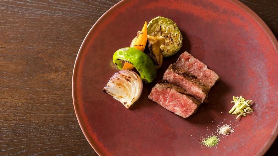 【ご夕食】「但馬牛」は神戸牛や近江牛のルーツ。牛本来の旨みを引き出してご提供します。