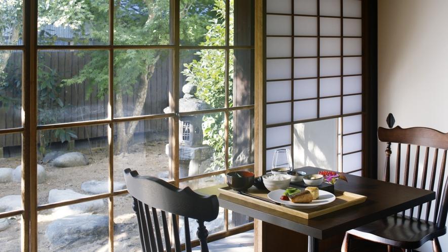 【ご朝食】柔らかな陽の光に包まれたダイニングで癒しの朝をお過ごしください