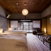 【サワシロ202室】中庭を望む座敷を改装した最も格式高い客室。