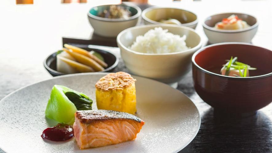 【ご朝食】炊き立てのデカンショ米や黒豆味噌をつかったお味噌汁など新鮮食材を使った栄養豊富な和朝食