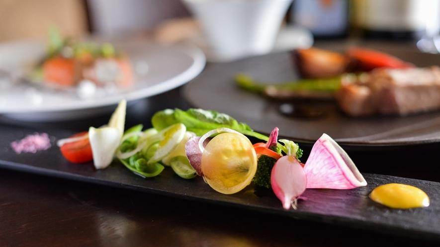 【お食事】地元野菜のガルグイユ。新鮮な地野菜の味の濃さ・甘さに多くの方が驚かれます。