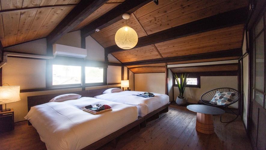 【VMGスイート・701】2階のベッドルームには4つのベッドがあります。