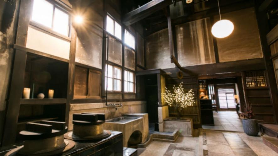 【館内】フロント棟は吹き抜けの天井、梁、かまどなど、当時の暮らしを思わせる建築をそのまま残しています