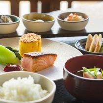 目覚めの朝は、新鮮食材を使った栄養豊富な和朝食を
