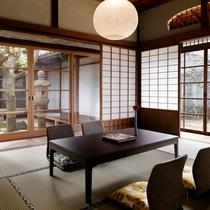 ONAE 101【4名定員】縁側からは灯篭のある中庭と外庭が眺められ、帰郷したような懐かしい情景を。