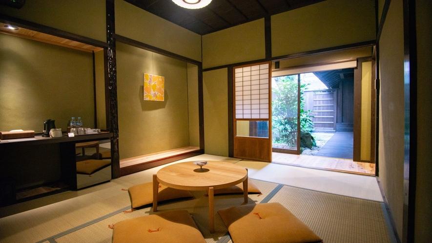 【VMGプレミア・1001】畳リビングの先に庭の緑が目に飛び込み、開放感を演出してくれます。