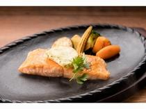 サーモントラウトのソテー 焼き野菜とガーリックバター添え_イメージ