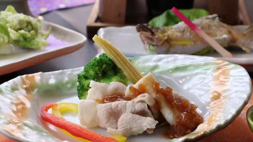 ■【お食事】~四季と移ろう逸品~旬の野菜を添えた茨城ポークの冷しゃぶは爽やかな一品。