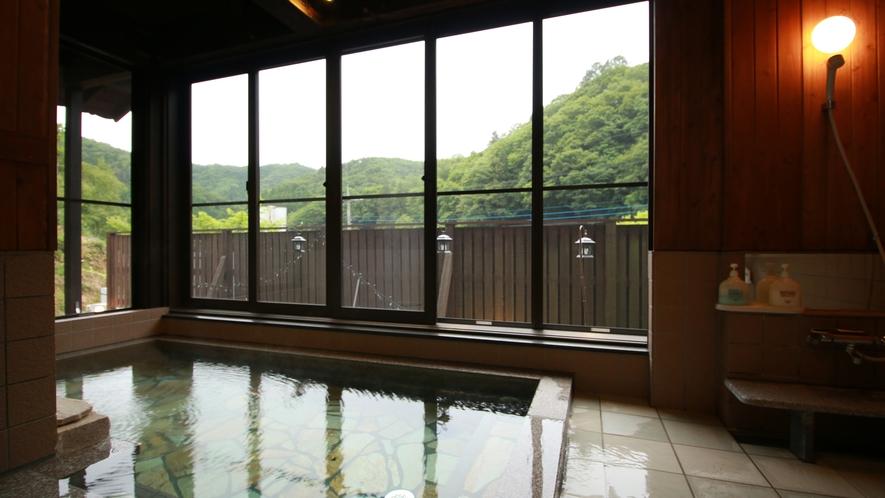 ■【美肌の湯】内湯ながら露天さながらの解放感が味わえる大きな窓が自慢です。