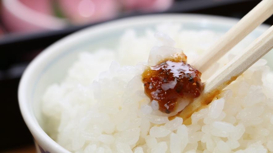 ■【山間の朝を彩る】「めしどろぼう」という味噌は、ご飯のお供にぴったり。