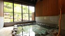 ■【美肌の湯】大きな窓が開放的な大浴場。季節の移ろいを感じながらお寛ぎください。