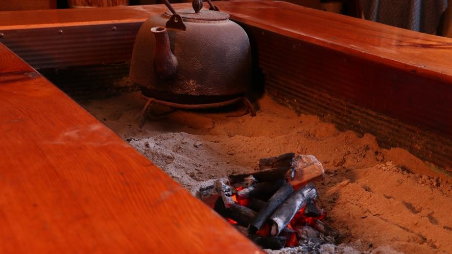 ■【囲炉裏を囲んで一息】火を囲んでのご歓談などはいかがでしょう。