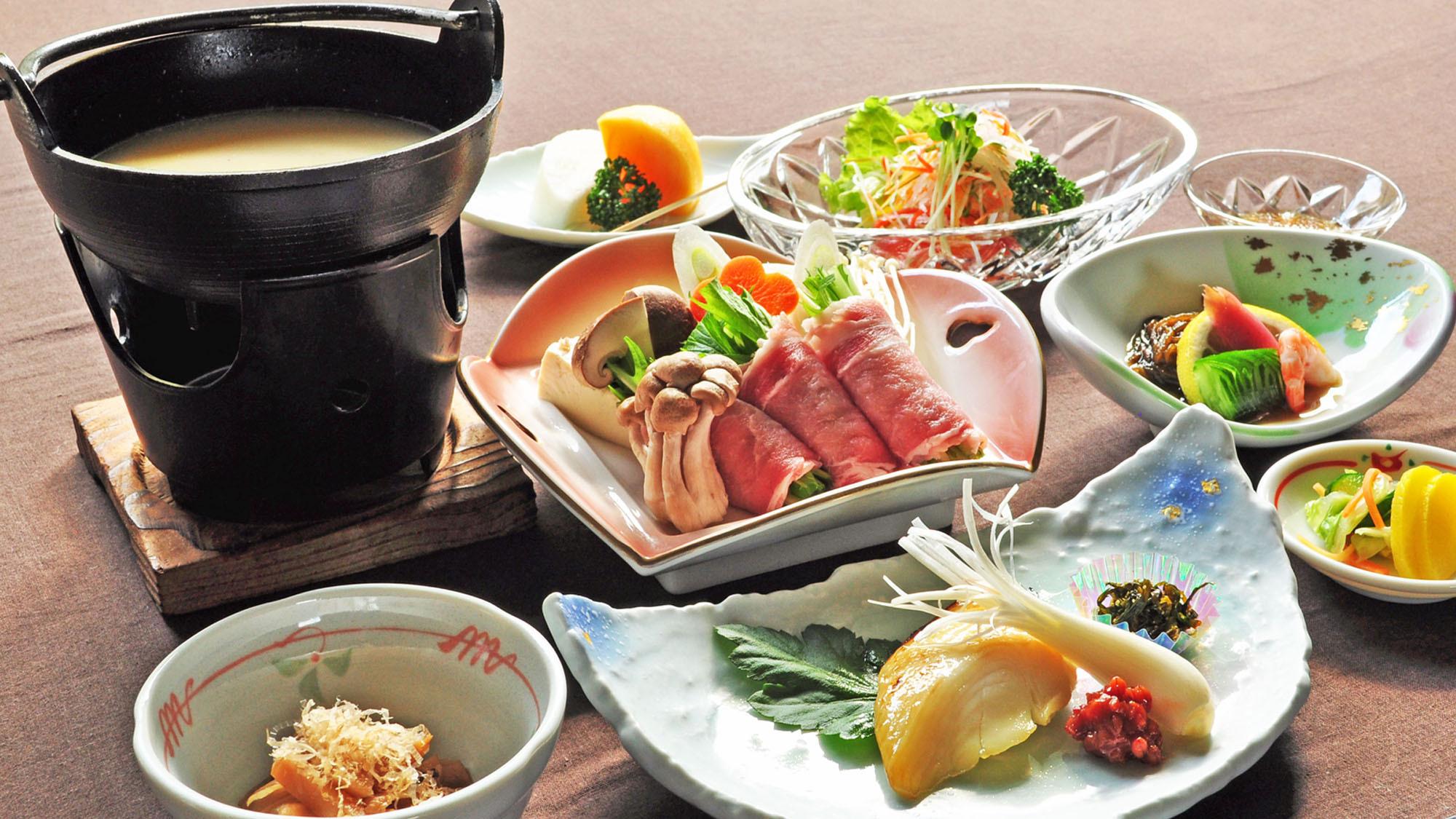 【スタンダード夕食一例】旬の食材を活かした色鮮やかな夕食膳。