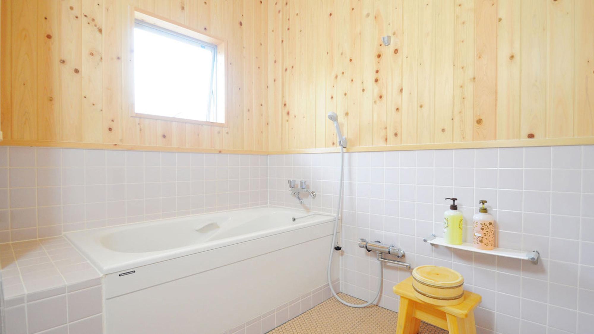 【本館-特別室】広めの浴槽があり、ゆったり浸かることができます♪