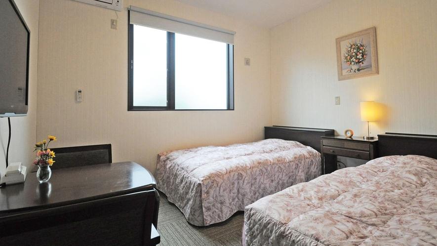 【新館-洋室ツイン一例】すっきり明るい雰囲気のお部屋です。