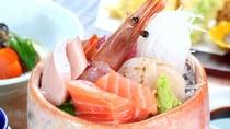 【食事】基本プランの夕食一例。彩ゆたかなお造りや鯉の甘露煮、新鮮な地物野菜とバランスよく楽しめます。