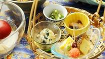 【夕食】季節会席一例。旬のおいしさ、彩りをお楽しみください。