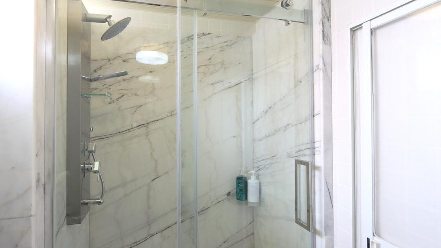 シャワーブース新設!女湯は近年人気のオーバーヘッドシャワータイプです♪
