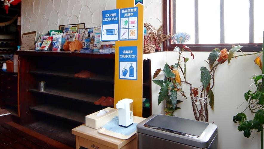 玄関 自動センサータイプの消毒液を設置。コロナ対策