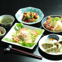 夕食の一例(中華)。女将が腕をふるう『和食・洋食・中華』の日替わりメニューです♪