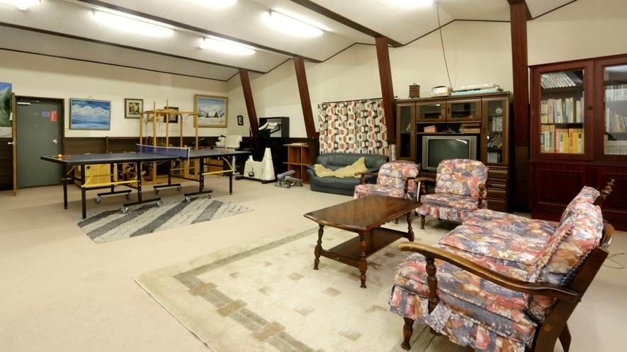 ピアノや卓球台がある多目的ホール。パーティールームとしてもご利用可能です。