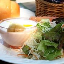 【朝食】サラダ、ヨーグルト。