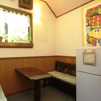 【施設】談話スペースと共用冷蔵庫。