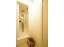 【広々シャワールーム】脱衣スペースも広めに作られており、使いやすさを重視したシャワールームです。
