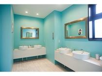 【女性専用の洗面スペース】大きめの鏡や、コットン、綿棒などのアメニティも無料で設置されています◎