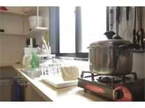 【清潔なキッチン】いつでも気持ちよく調理ができるよう、掃除が行き届いた機能性の高いキッチンです。
