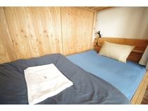 【広々ベッド】大阪市内最大級のセミダブルのベッドです!読書灯や電源、カーテンも付いています!