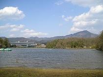 宝ヶ池(背景には国際会議場、比叡山)