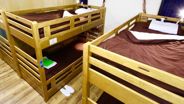 3名まとめて予約 男女共用ドミトリー内の2段ベッド