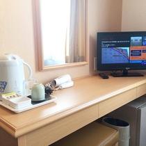 【客室デスク】電気ポット、湯呑み、コップ、お茶、ドライヤー、テレビ