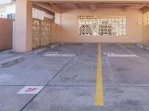 1階は屋根付の無料駐車場。各お部屋に2台分ずつご用意