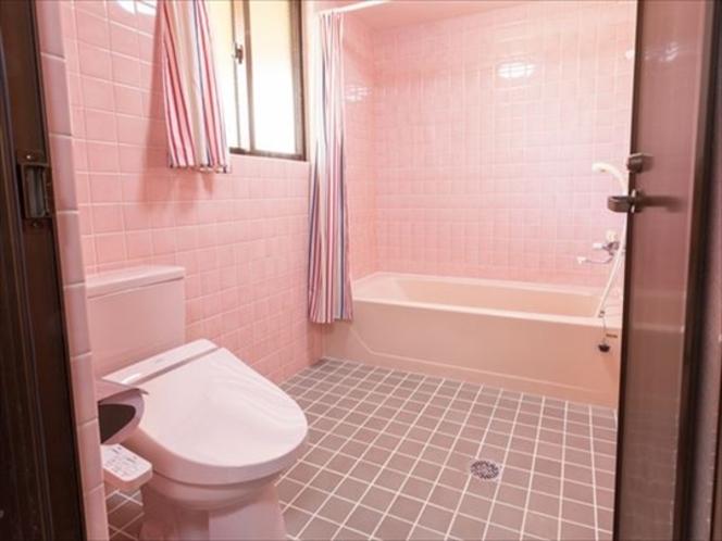 3階フロア ピンクで統一されたバスルーム