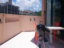 4階客室 屋外テーブル&チェアを備えバルコニーでBBQをする事ができます。