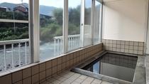 *【男湯】浴室からは安田川や馬路の山が眺められる。