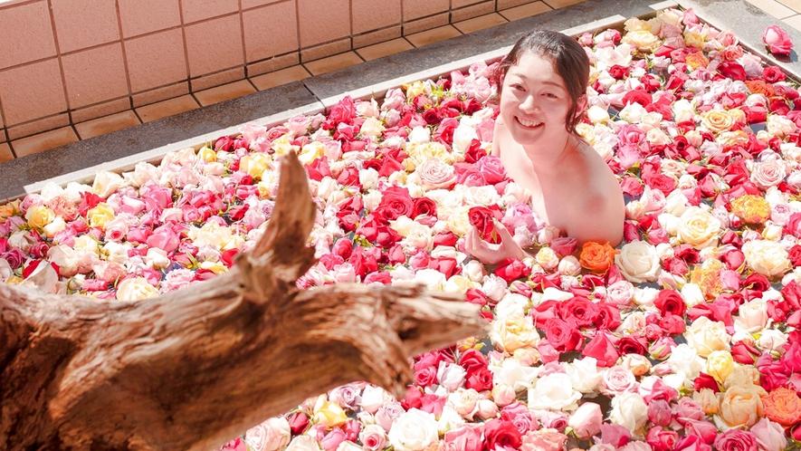 *女性のお風呂は「バラ風呂」になるきね!こころゆくまでたのしんでってよ