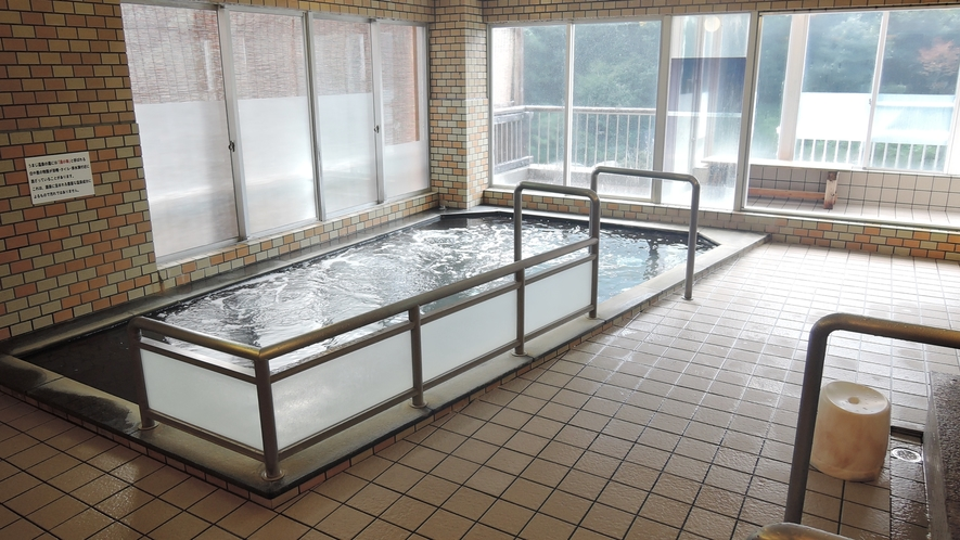 *【男湯】安田川のせせらぎを聞きながらゆったりと温泉に浸る。